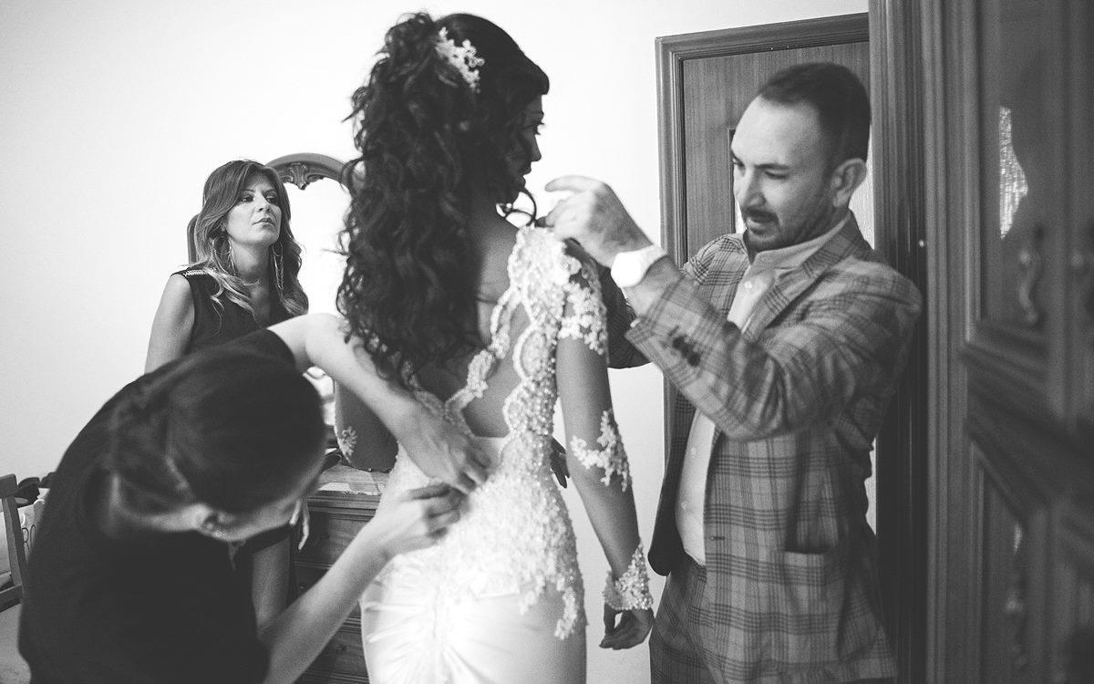 Sposa viene aiutata a vestirsi