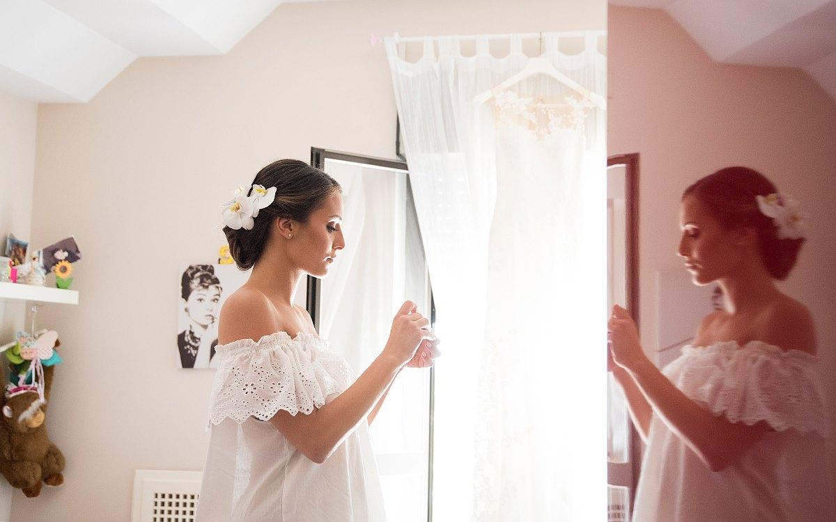 Sposa con fiore tra i capelli