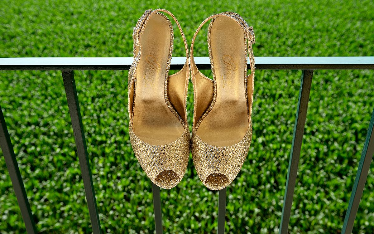 Scarpe da sposa dorate su fondo verde