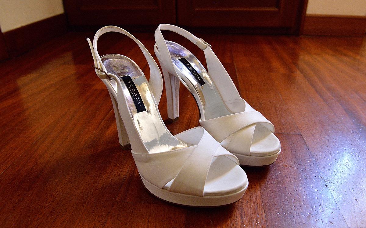 Scarpe da sposa bianche su parquet