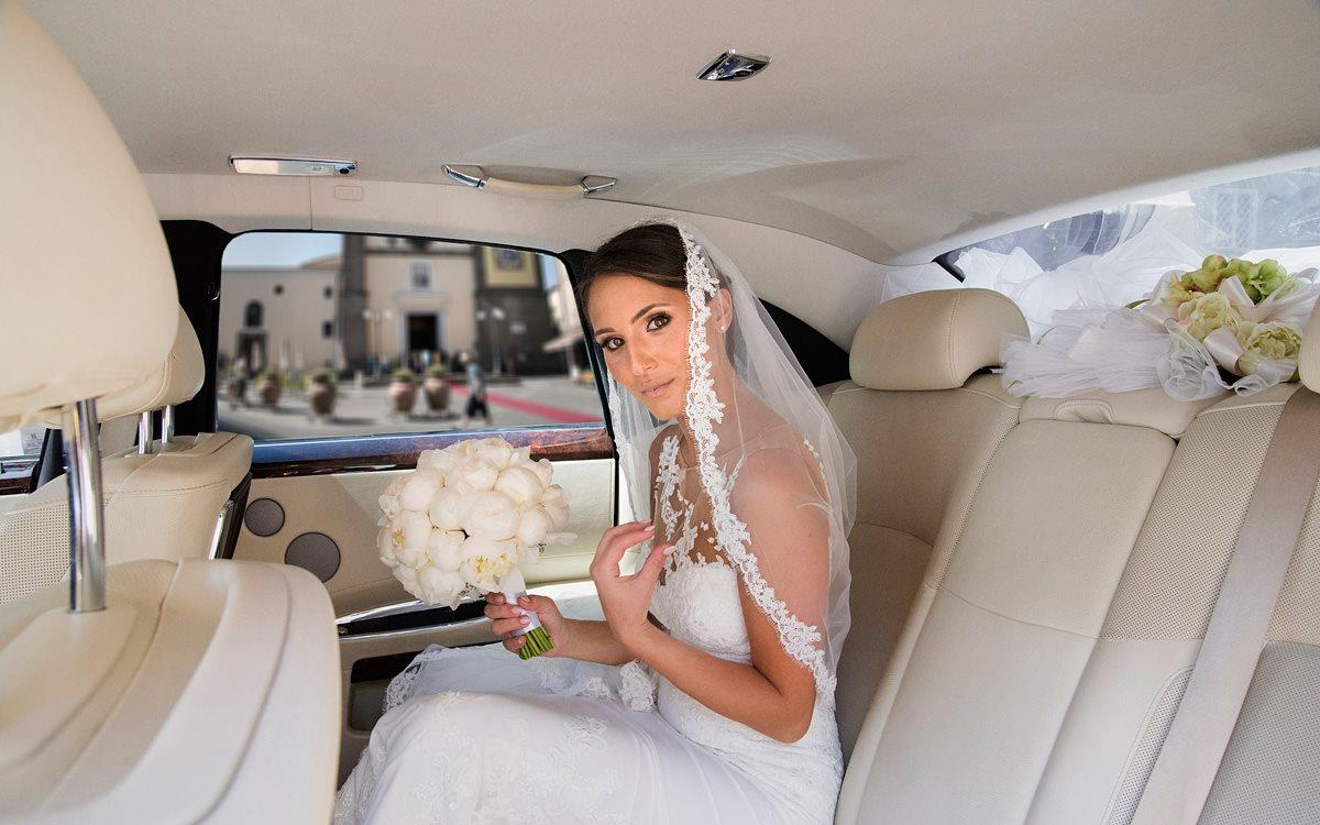 Sposa in macchina con velo